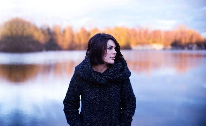 Entspannte Frau beim Spaziergang am See