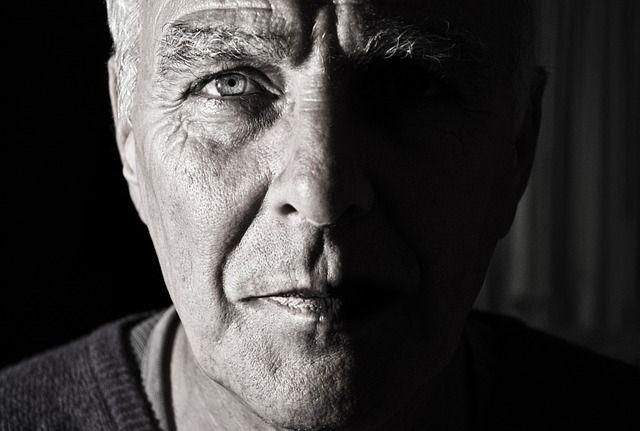 Äkterer Mann mit Anzeichen von Testosteronmangel
