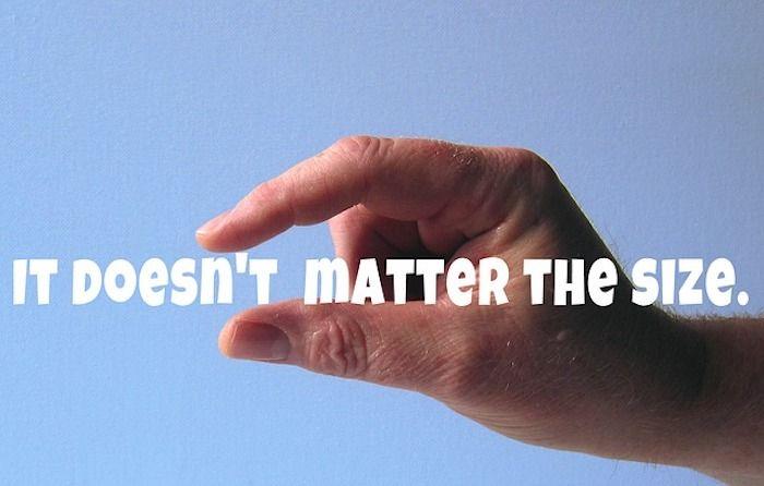 Eine Hand die anzeigt, dass der Penis eher klein ist